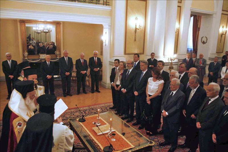 Los diputados griegos juran su breve cargo antes de las elecciones