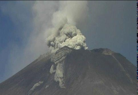 El volcán Popocatépetl lanza material incandescente