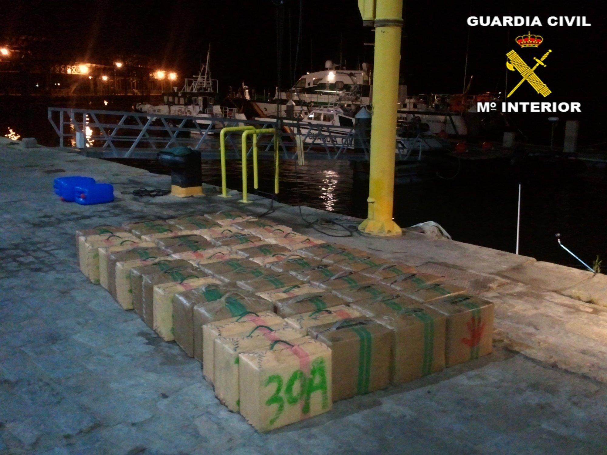 Dos detenidos tras interceptar la Guardia Civil 1.600 kilos de hachís en el río Carreras