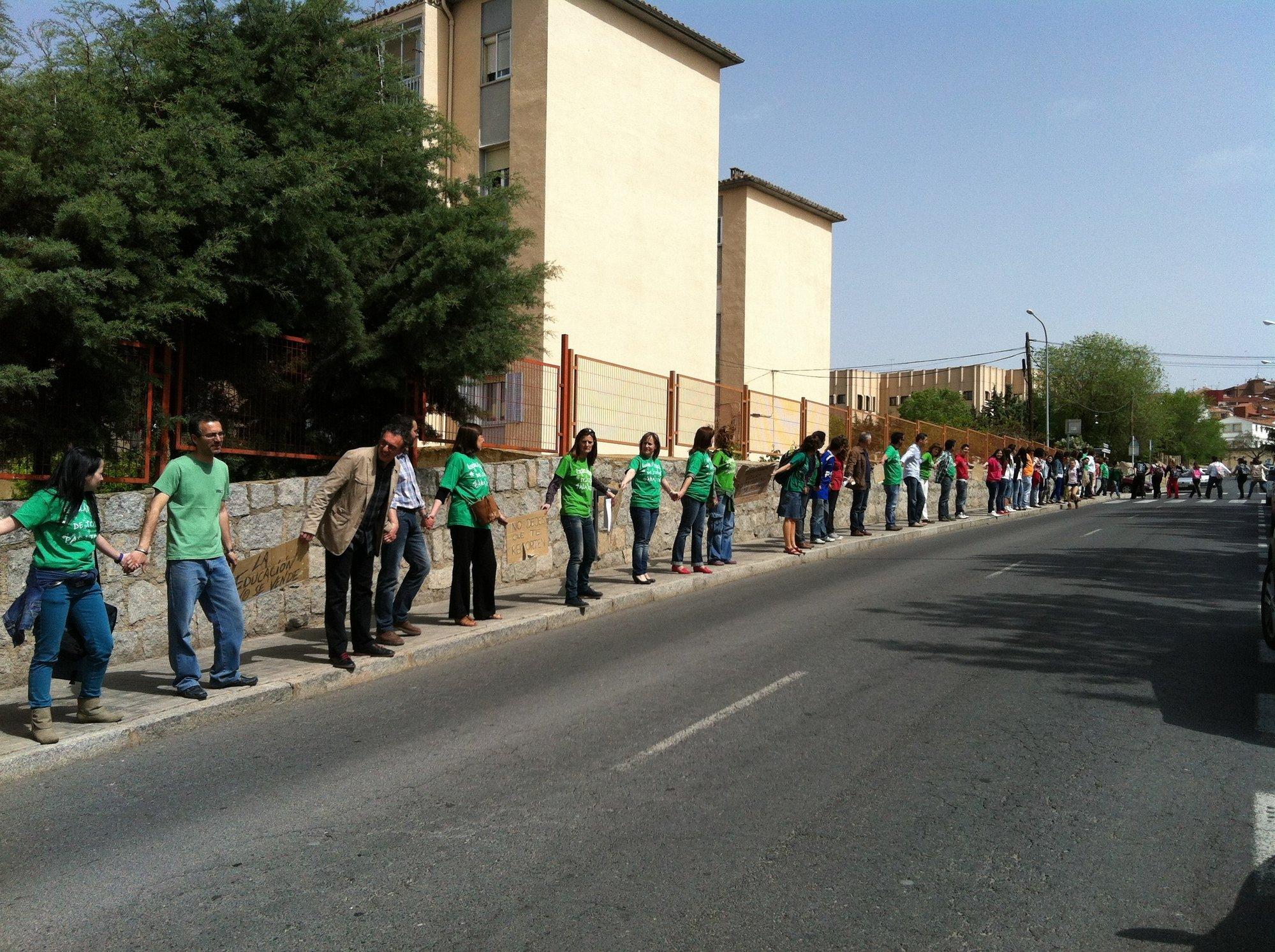 Tres institutos de Ávila realizan una cadena humana a la hora del recreo en defensa de la enseñanza pública