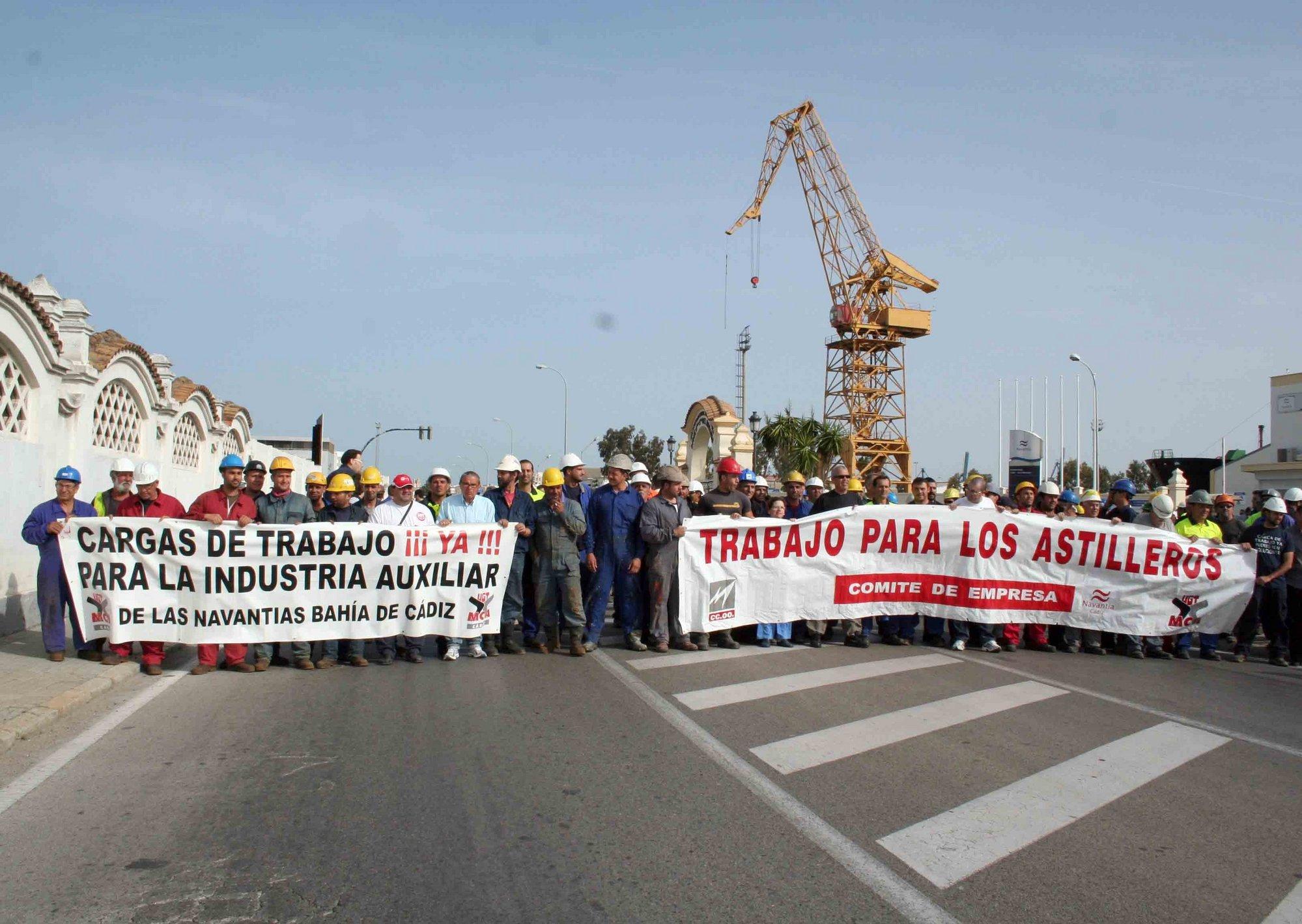 La plantilla del astillero gaditano realiza un corte simbólico de carretera en demanda de carga de trabajo