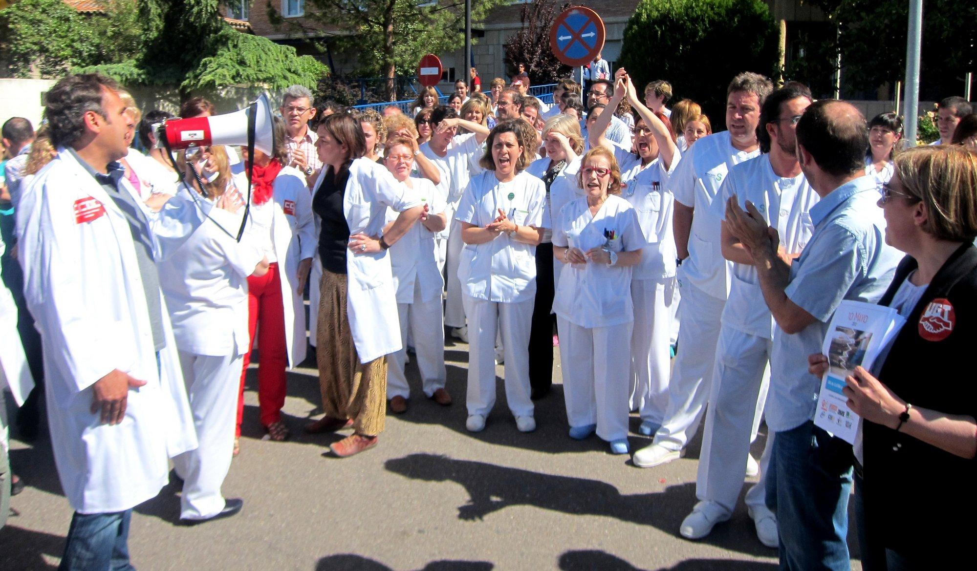 Miles de enfermeros protestan frente al Ministerio de Sanidad contra los recortes