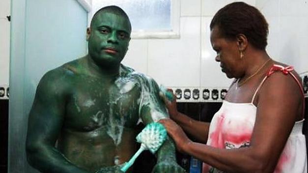 Un brasileño que se disfrazó de Hulk para una carrera no puede quitarse la pintura