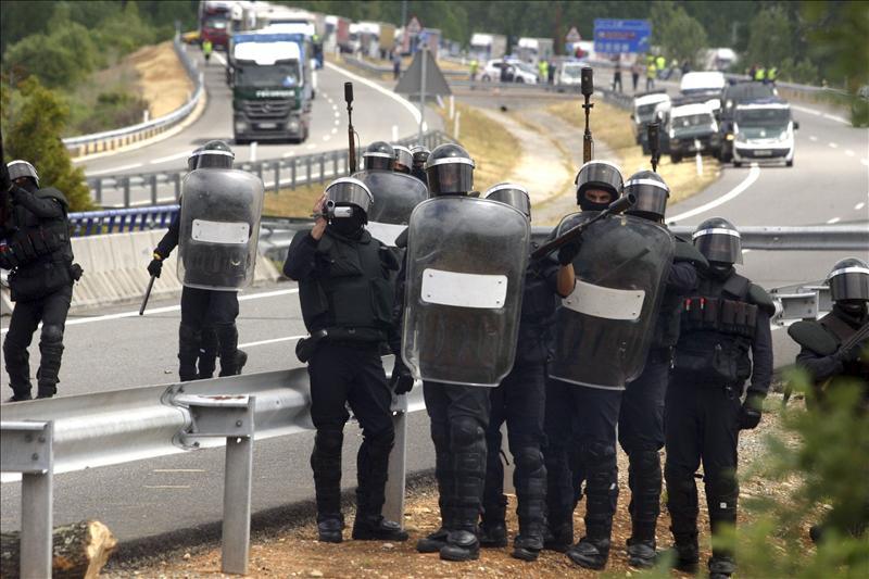 Los mineros atraviesan camiones y cortan la A-6 y la N-VI en Bembibre (León)