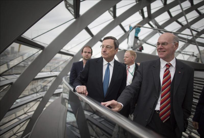 Draghi afirma que su plan de compra de deuda no supone transferencias ni reduce el rigor fiscal