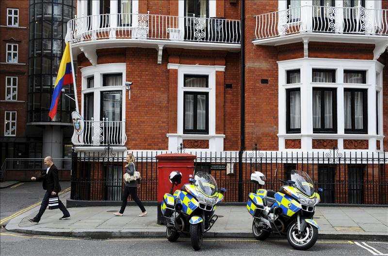 Ecuador dice que la falta de salvoconducto mina la salud de Assange