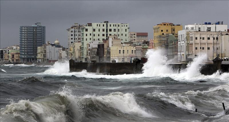 «Sandy» se convierte en huracán a punto de llegar a Jamaica