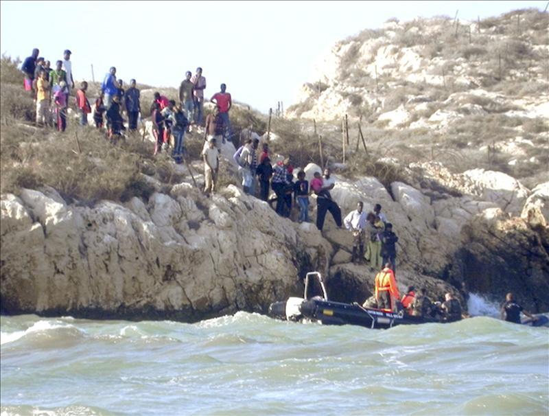 Rescatadas 17 personas y recuperados 14 cadáveres de la patera a la deriva en el Mar de Alborán