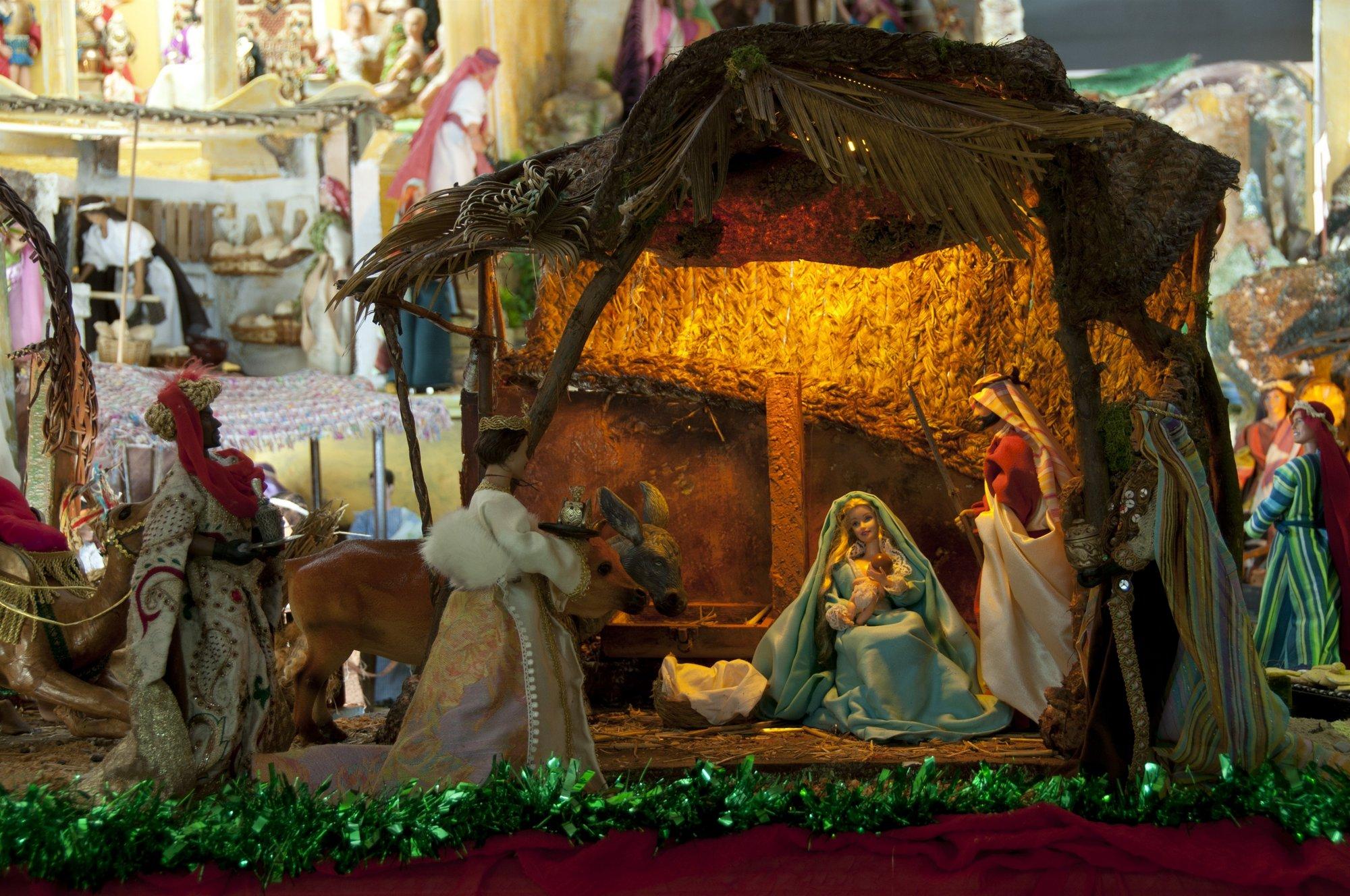Unos 500 Kens y Barbies, ataviados con vestimentas artesanales, protagonizan un singular belén en Málaga