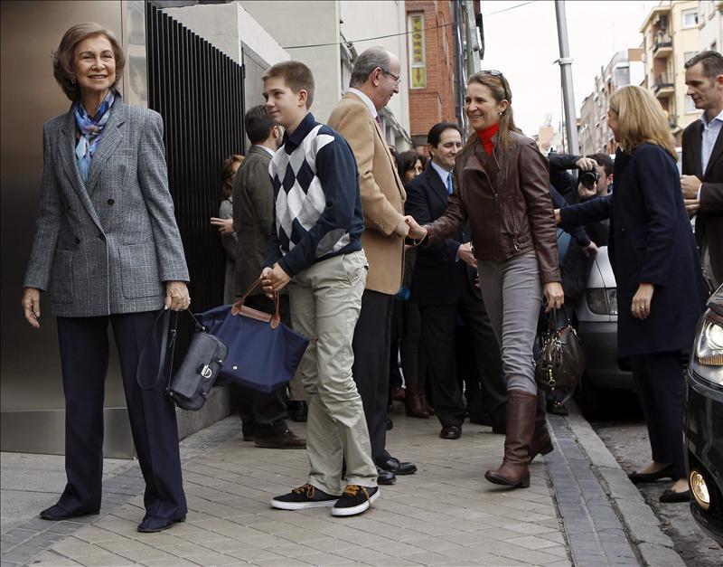 Urdangarin y la infanta Cristina acuden con la reina a visitar al rey