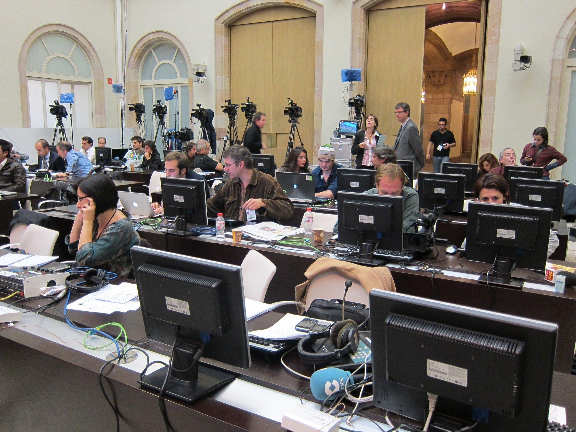 Una cuarentena de medios internacionales siguen la jornada electoral