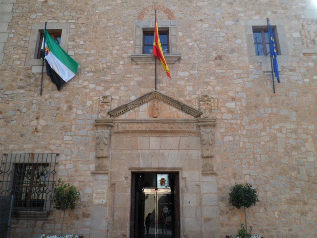 Asociación Glorioso Mester de la Picardía Viajera premia a la Diputación por su labor en promoción del turismo cacereño