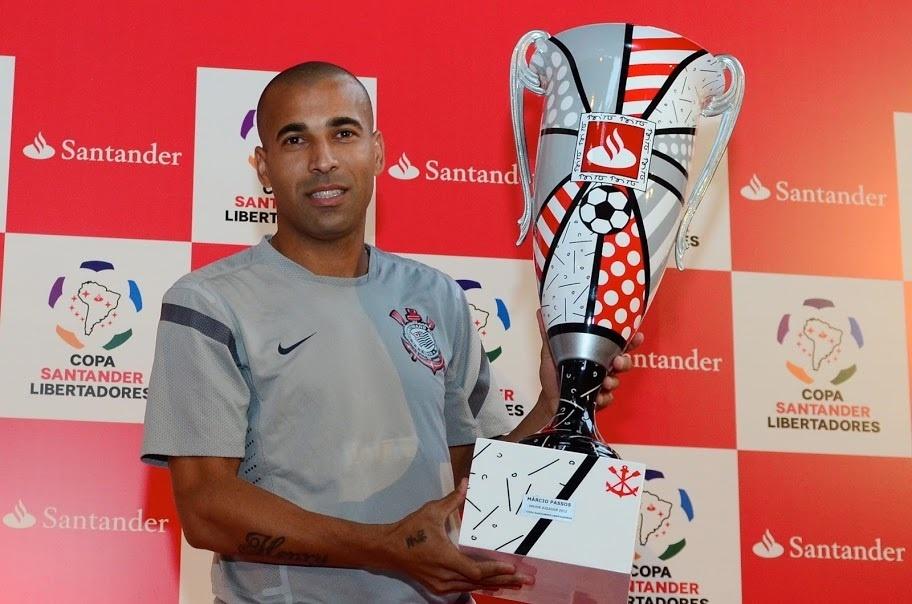 Emerson Sheik (Corinthians) recibe el trofeo Banco Santander como Mejor Jugador de la Copa Libertadores 2012