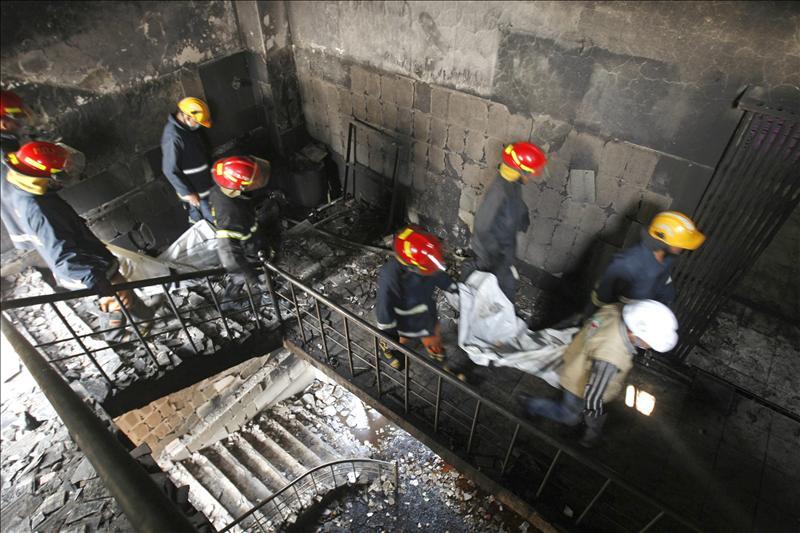 Miles de trabajadores se manifiestan en protesta por el incendio en Bangladesh