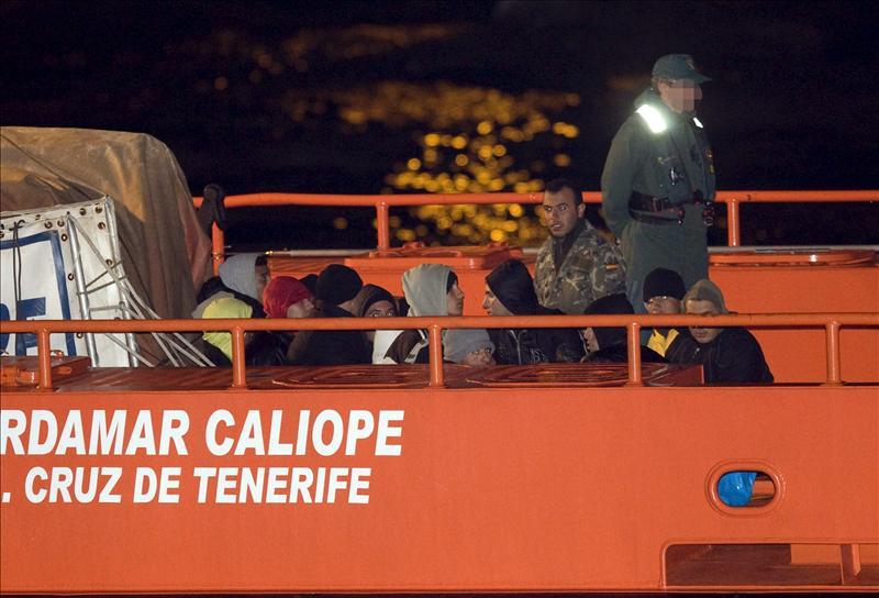 Vuelve a Argelia la patera con diez inmigrantes buscada en la costa de Almería