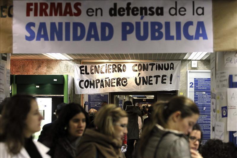 Quejas, pancartas y cortes de tráfico por la huelga de la Sanidad en Madrid