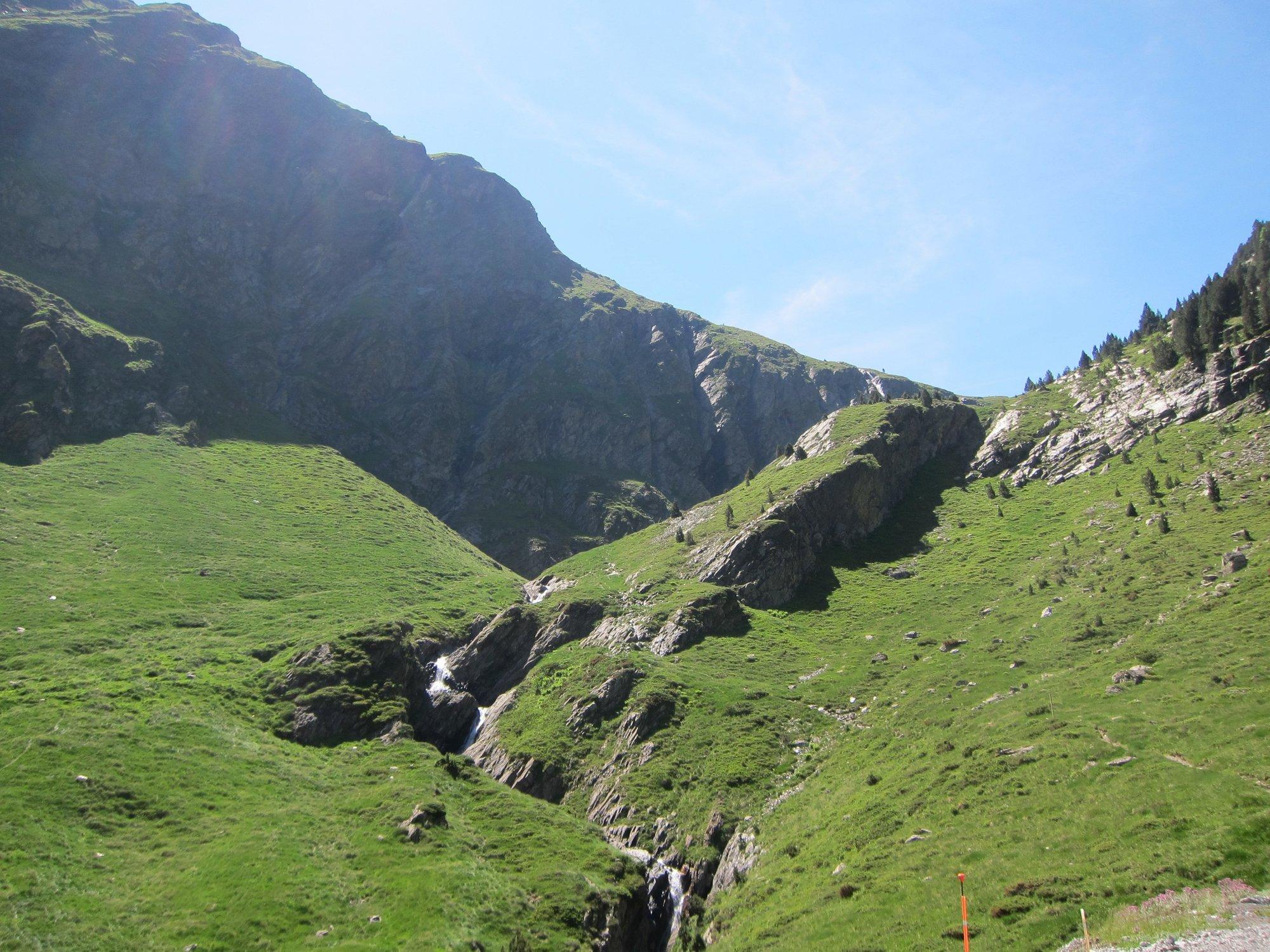 Si estoy en la montaña y un compañero se rompe una pierna, ¿qué hago?