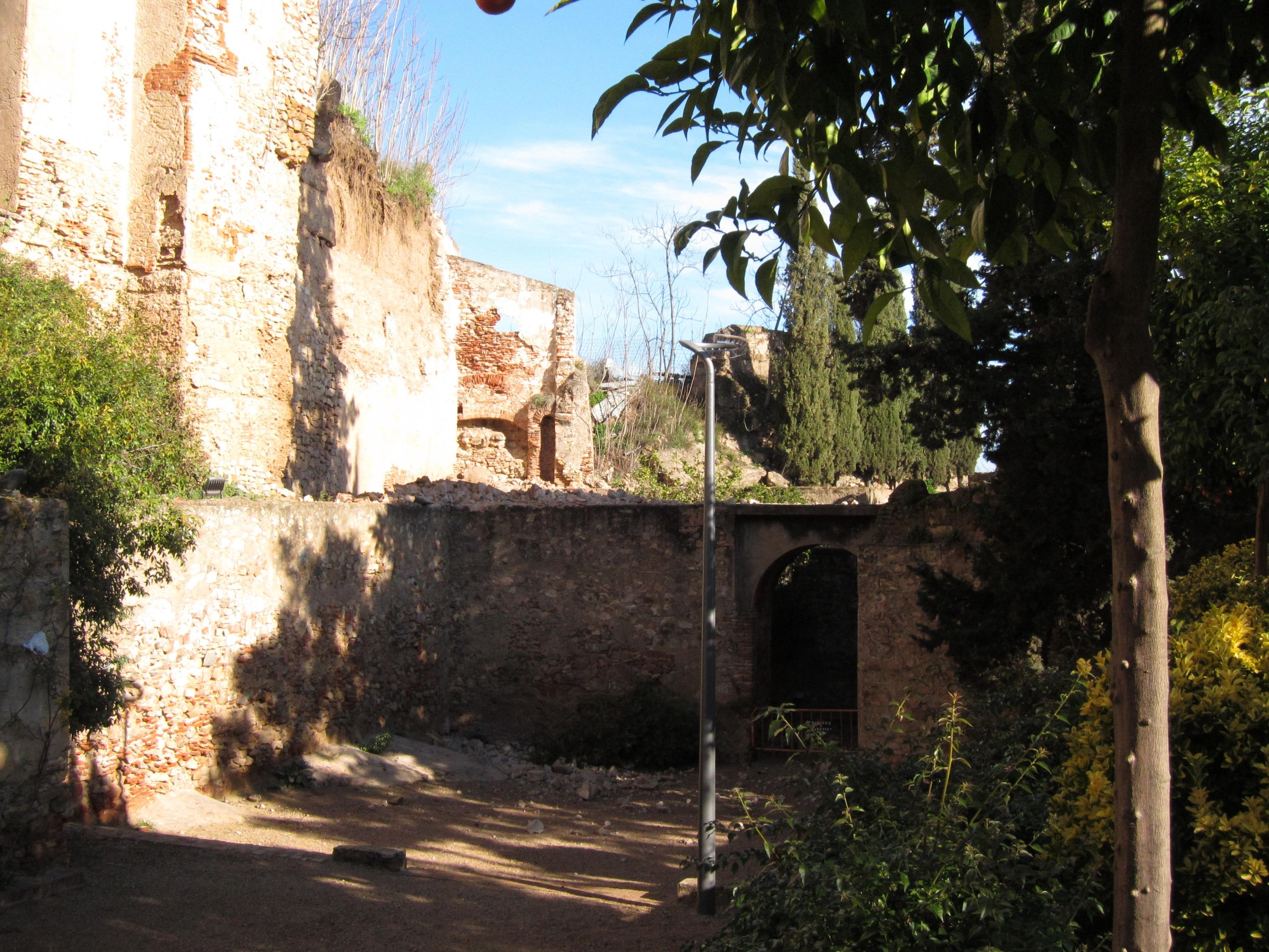 La muralla de Badajoz sufre un nuevo desprendimiento que acarrea el cierre temporal de los jardines de La Galera