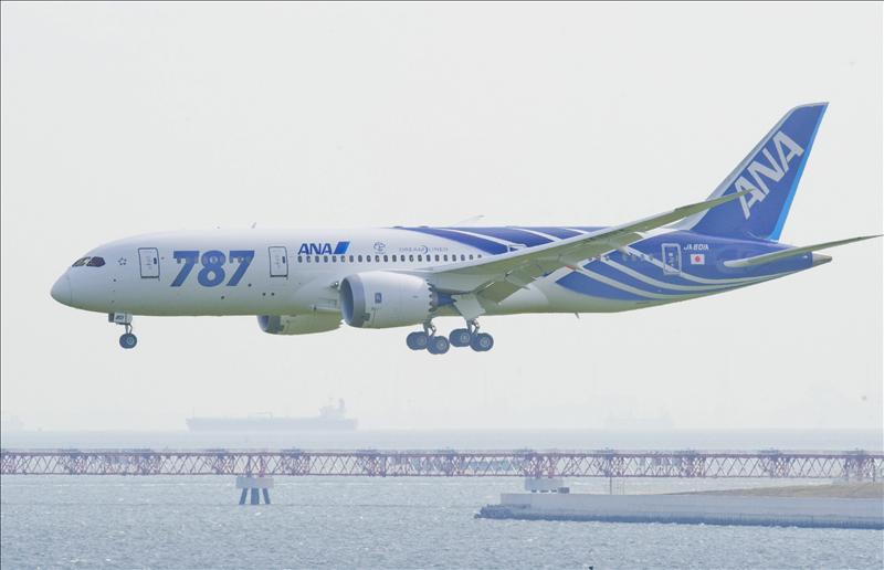 Un avión con 129 pasajeros aterriza de emergencia en Japón