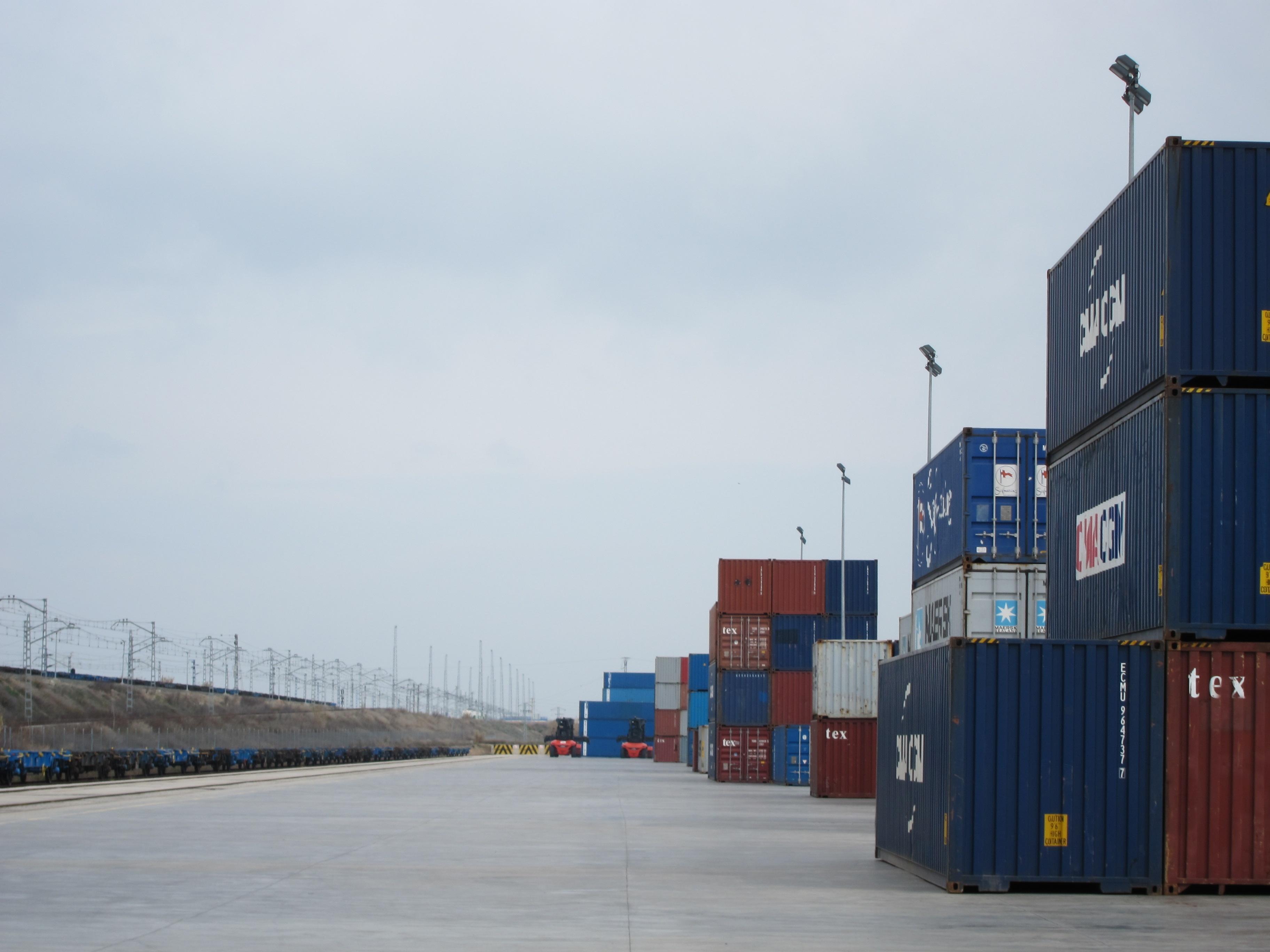 (Amp.) Las exportaciones de servicios se disparan un 11% y las importaciones un 9,9% en el tercer trimestre