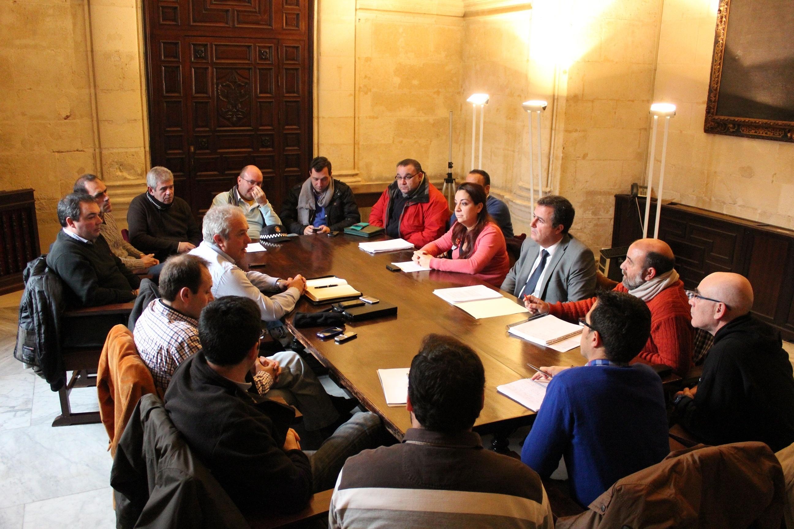 PSOE crea un «frente común» con sindicatos municipales en defensa de servicios públicos y derechos laborales