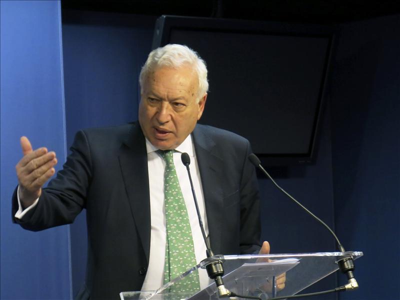 El laboratorio Glaxo logró un contrato de 5 millones tras fichar a la mujer de Margallo