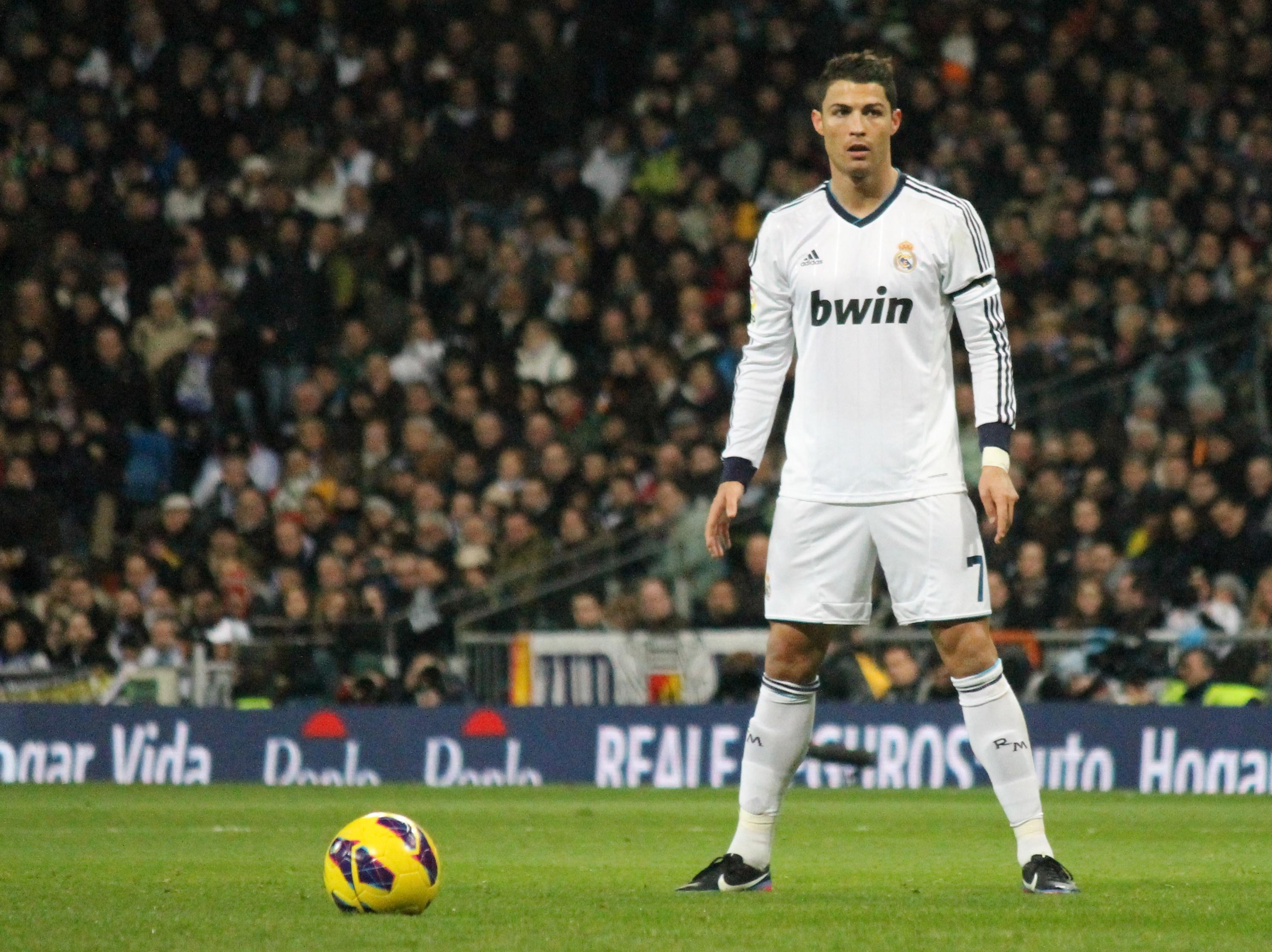 Cristiano Ronaldo versus Van Persie, 65 goles se citan en el Santiago Bernabéu