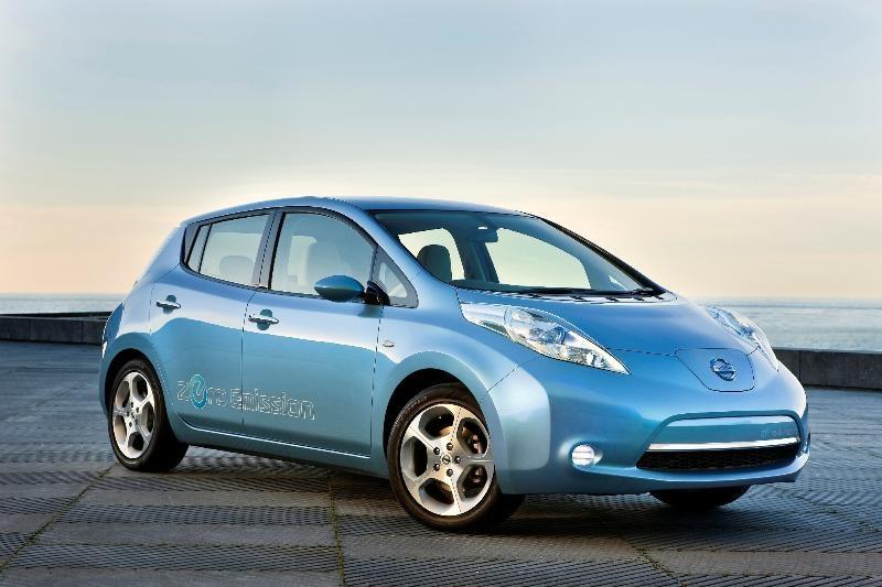 Asegurar un coche eléctrico cuesta casi el doble que uno convencional, según Rastreator.com