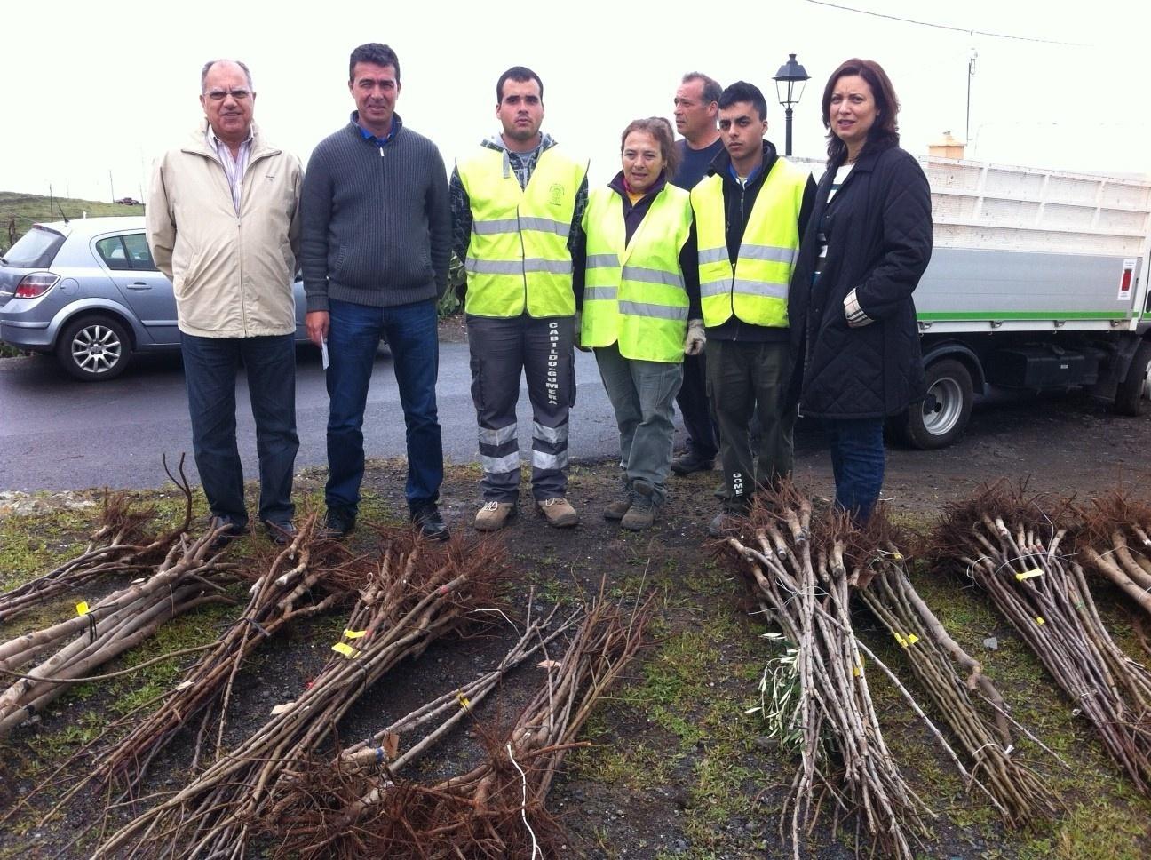 El Cabildo de La Gomera entrega más de 3.000 árboles frutales a los agricultores afectados por el incendio