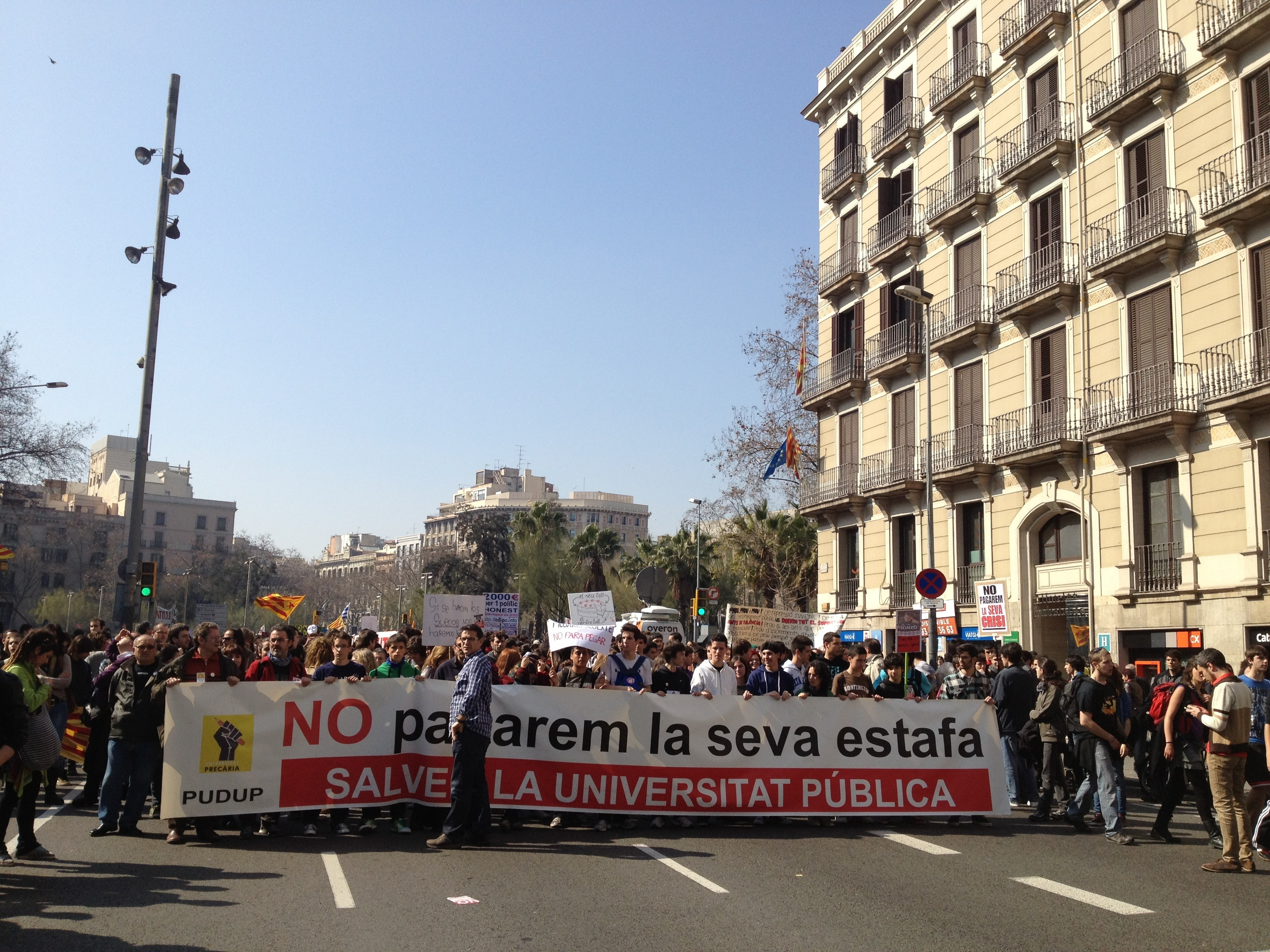 Estudiantes cortan la Diagonal para dirigirse a la manifestación universitaria en plaza Universitat