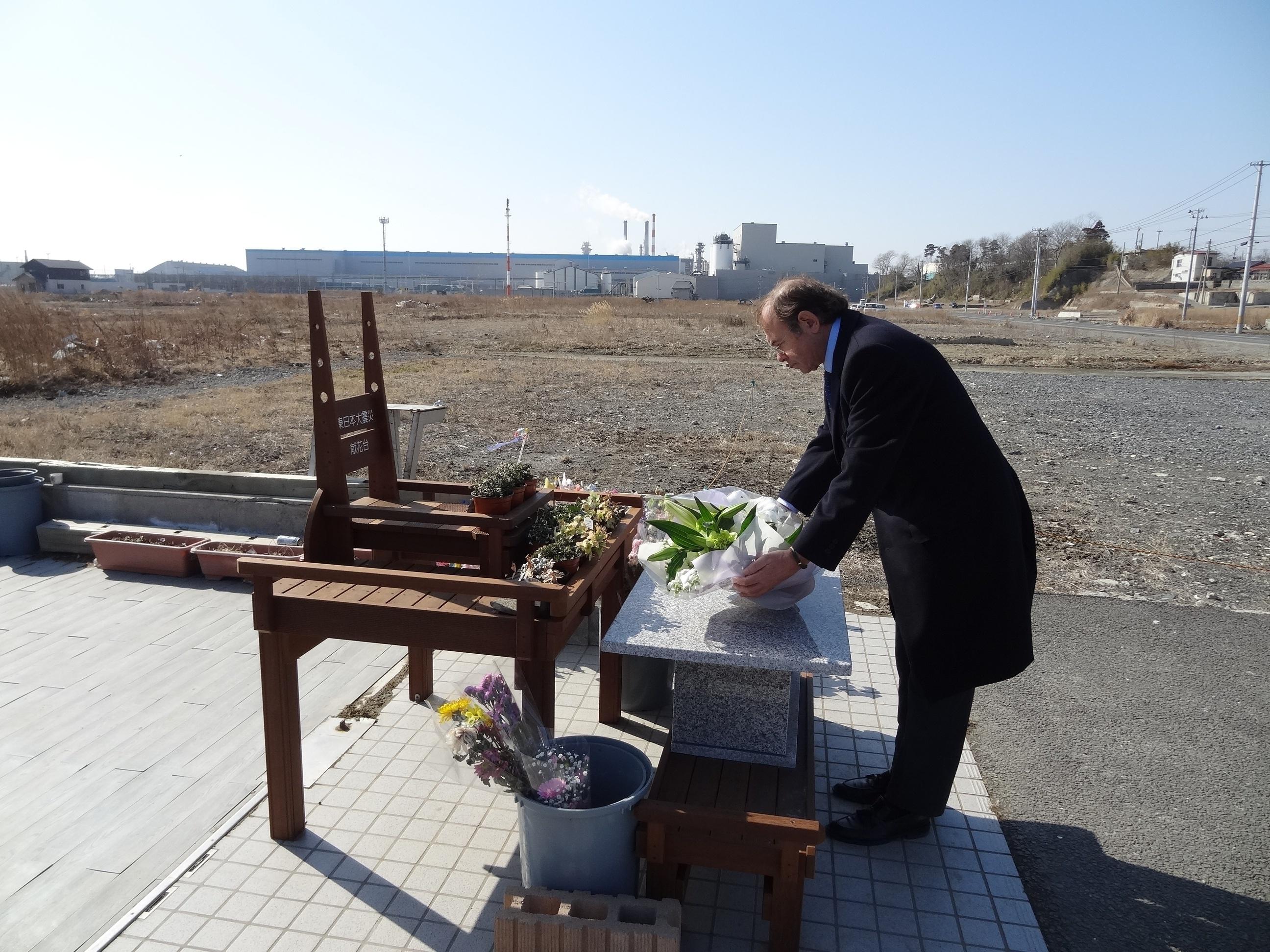 García-Escudero participa en Japón en una ofrenda floral a las víctimas del tsunami