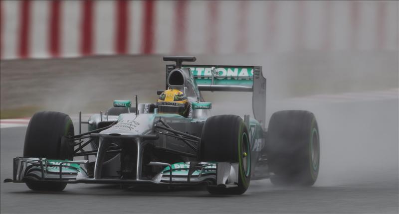 Hamilton manda bajo la lluvia en la matinal de Montmeló