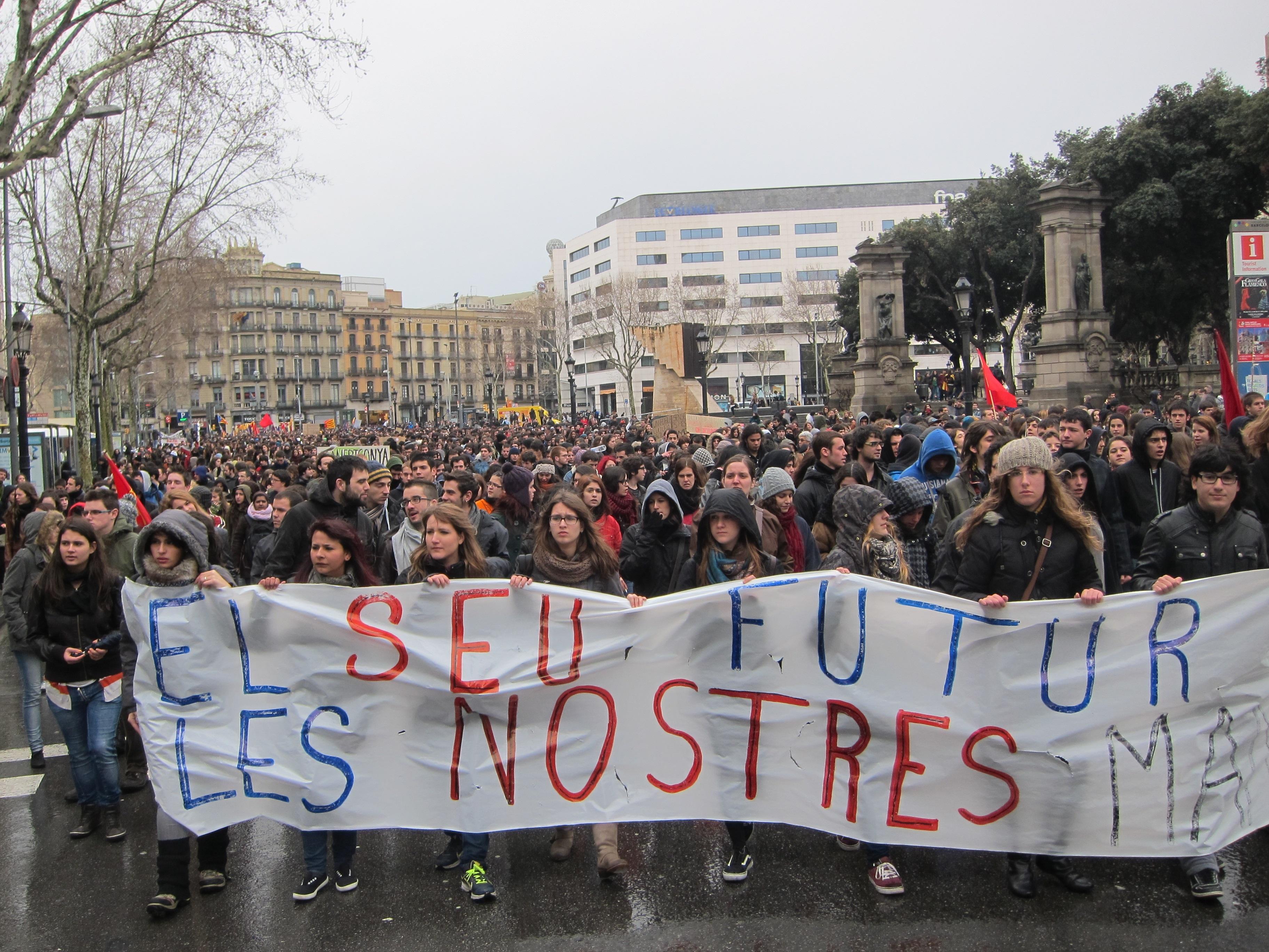 Miles de estudiantes y profesores se manifiestan en Barcelona