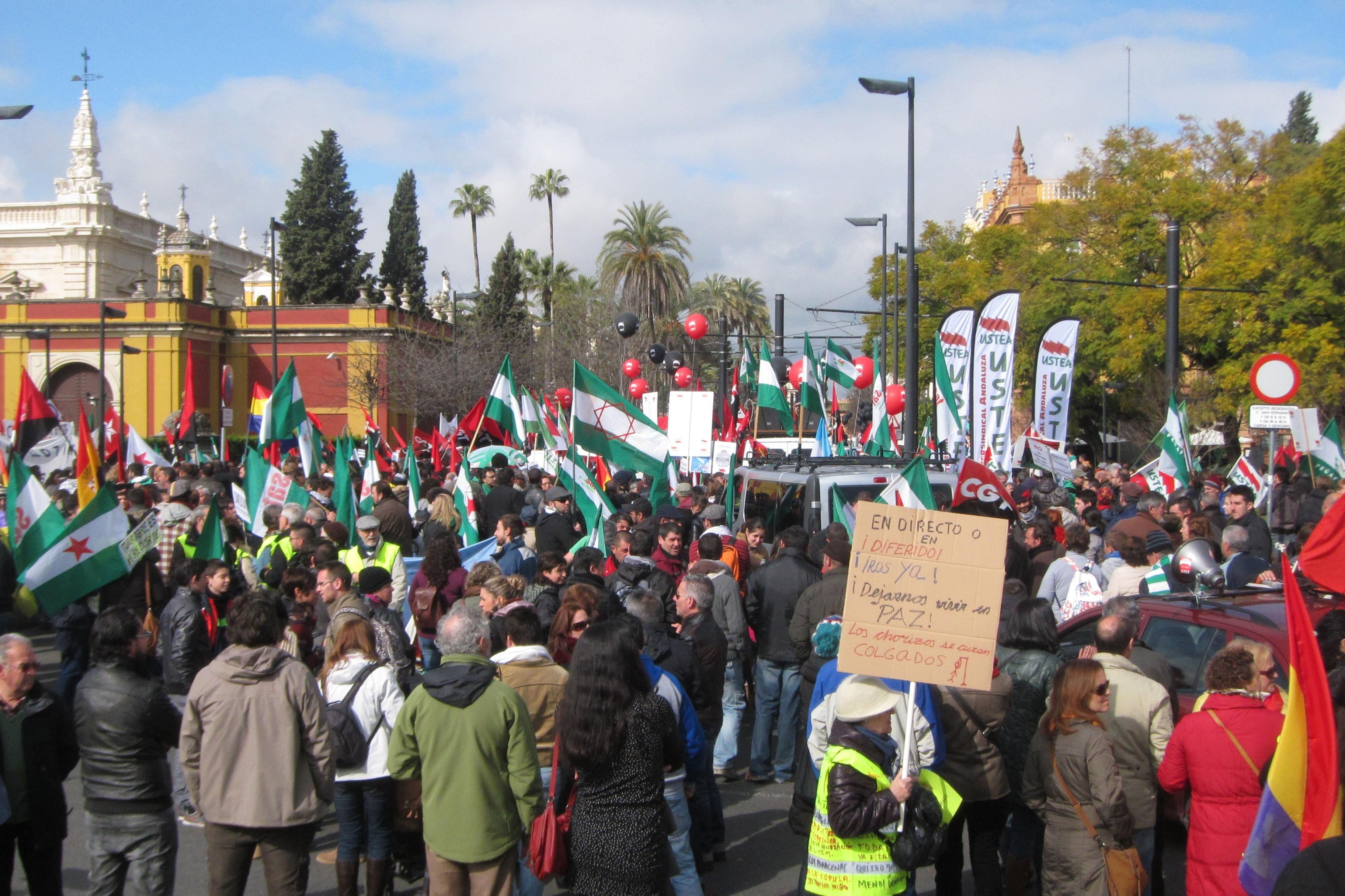 Miles de personas protagonizan en Sevilla una marcha «crítica» a favor de la «dignidad de los perjudicados por recortes»