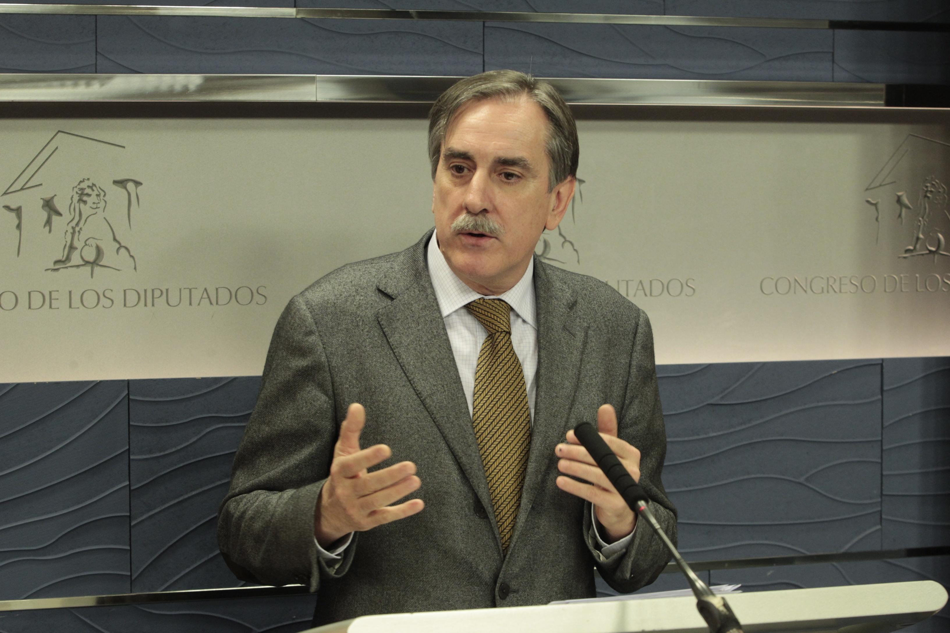 El PSOE exige la destitución de Montoro por sembrar sospechas sobre la oposición y «reírse» de la gente