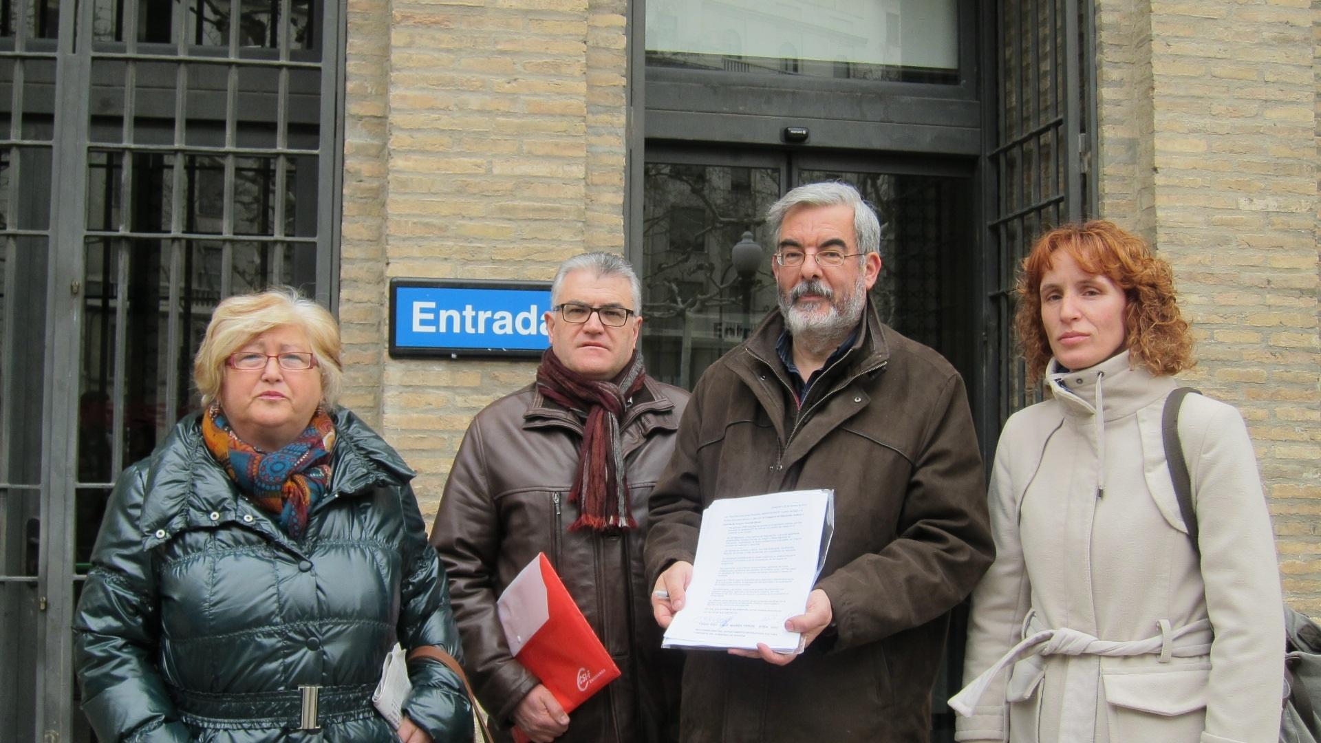 Sindicatos y Marea Verde entregan más de mil firmas pidiendo la dimisión de la consejera de Educación