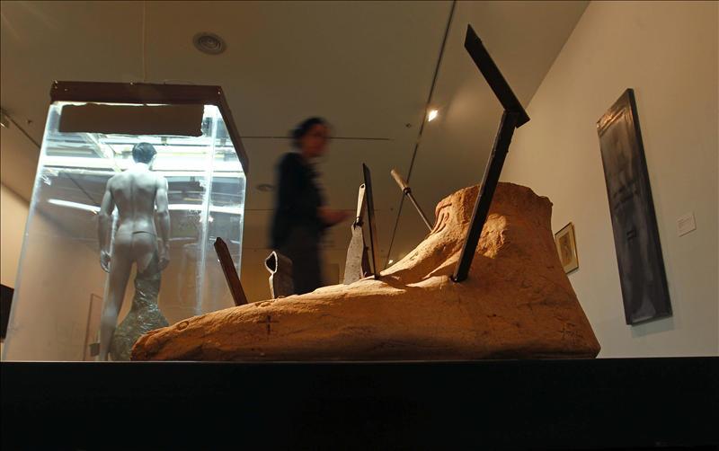 La exposición «Contra Tàpies» evoca un Tàpies diferente al cliché establecido