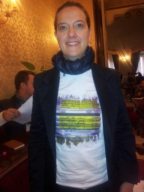 La edil socialista Elena Martín asiste al pleno con una camiseta «reivindicativa» con las facturas de Bárcenas