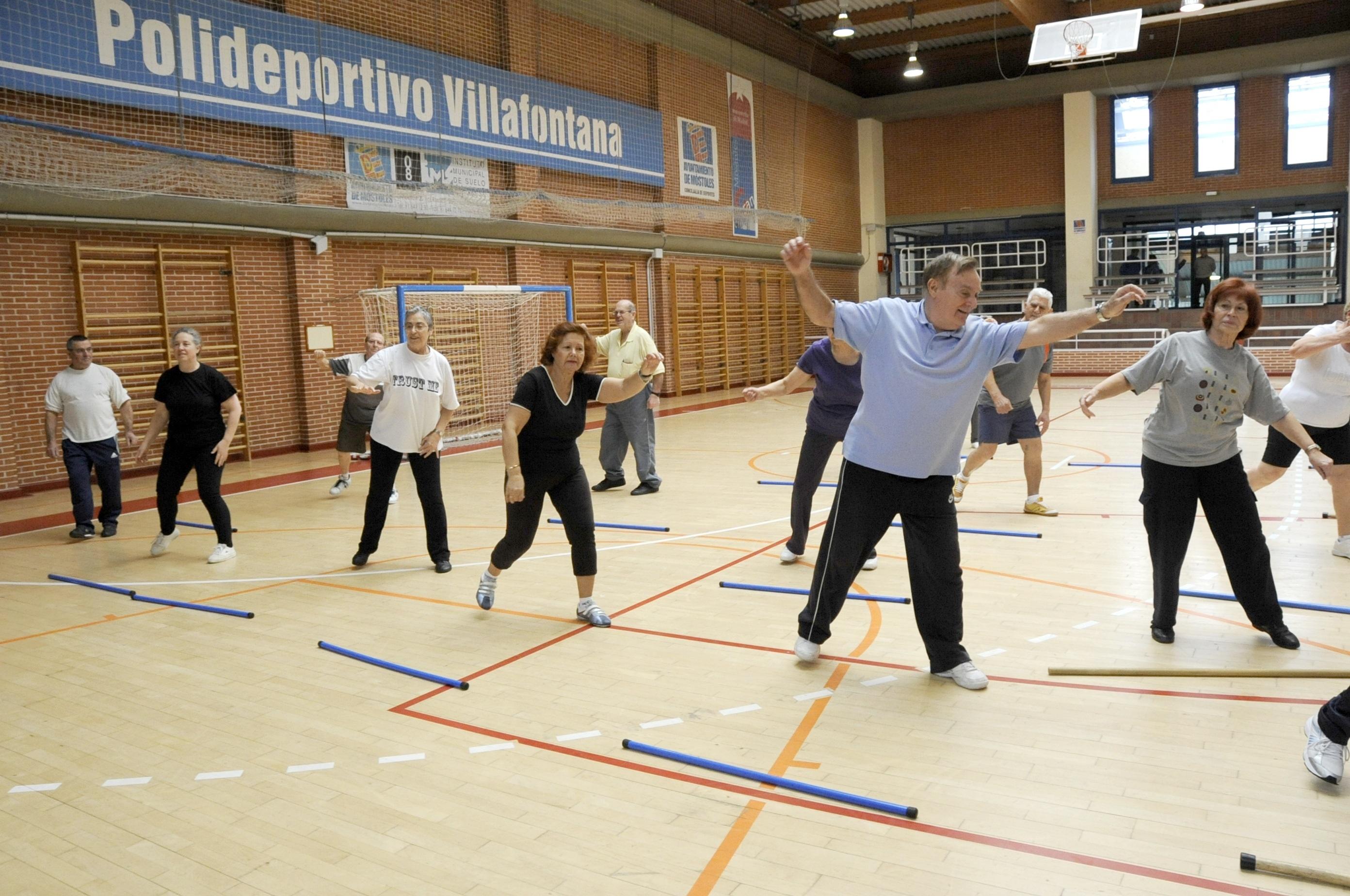 Un millar de vecinos mayores de 65 años hacen gimnasia en el polideportivo Villafronta por un euro al año