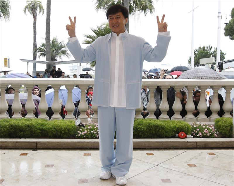 Pillan a Jackie Chan utilizando un coche con matrícula militar