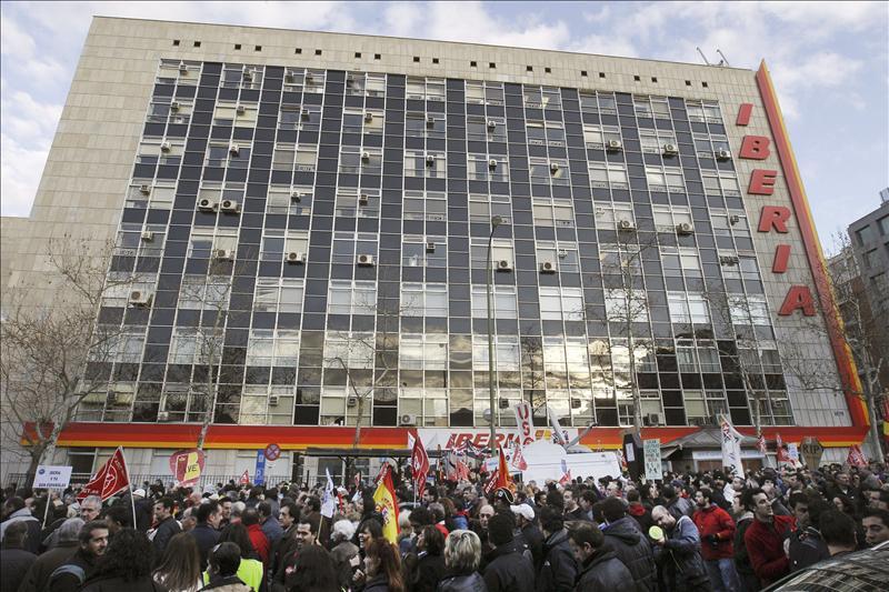Iberia y sindicatos se reúnen a las puertas de otra semana de huelga