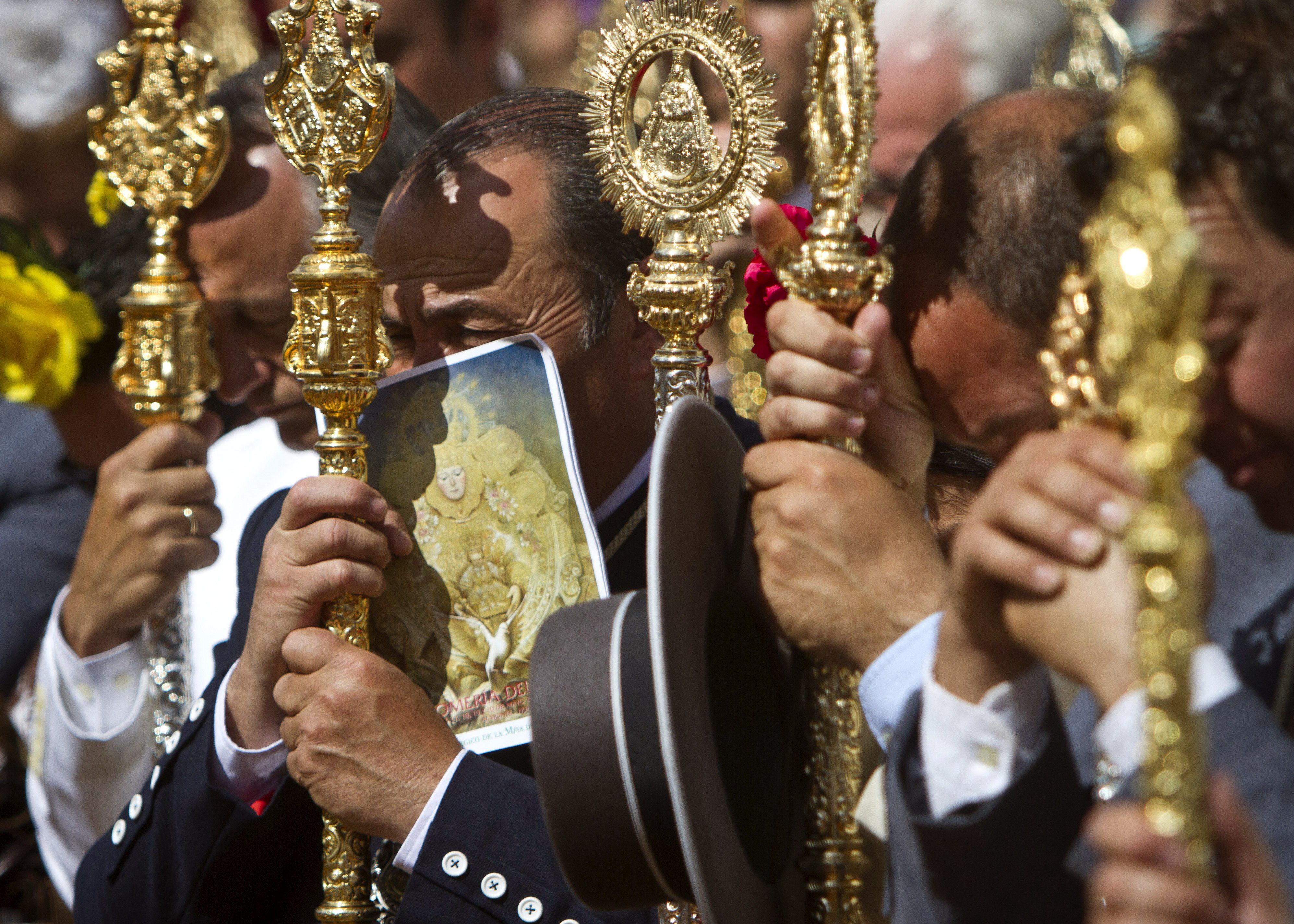 Rezos y vivas al paso de la Virgen del Rocío ante sus hermandades filiales