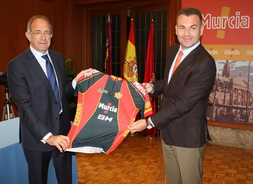 Los ciclistas españoles promocionarán a Murcia en todas las competiciones en temporadas de 2013 y 2014