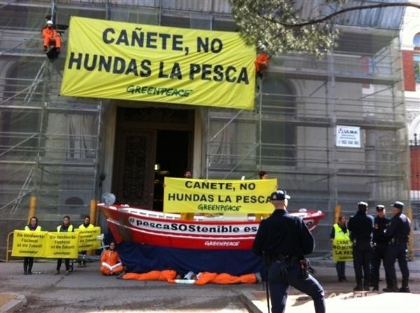 Greenpeace coloca una una barca de pesca frente a Agricultura