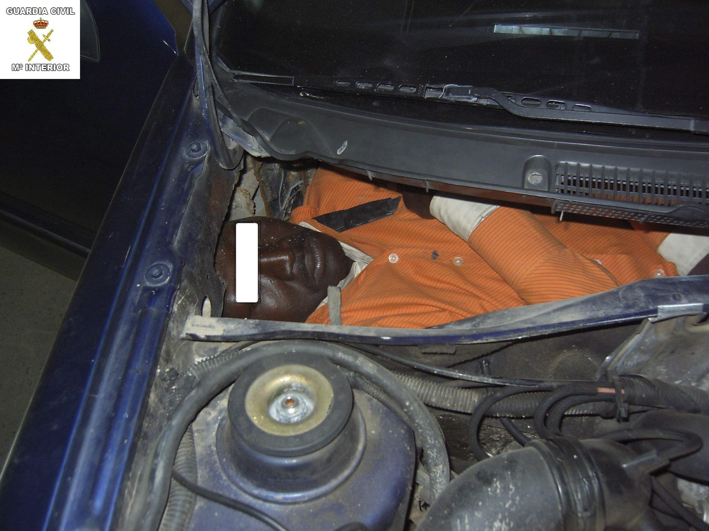 Rescatados dos inmigrantes ocultos en un coche que llevaba horas estacionado