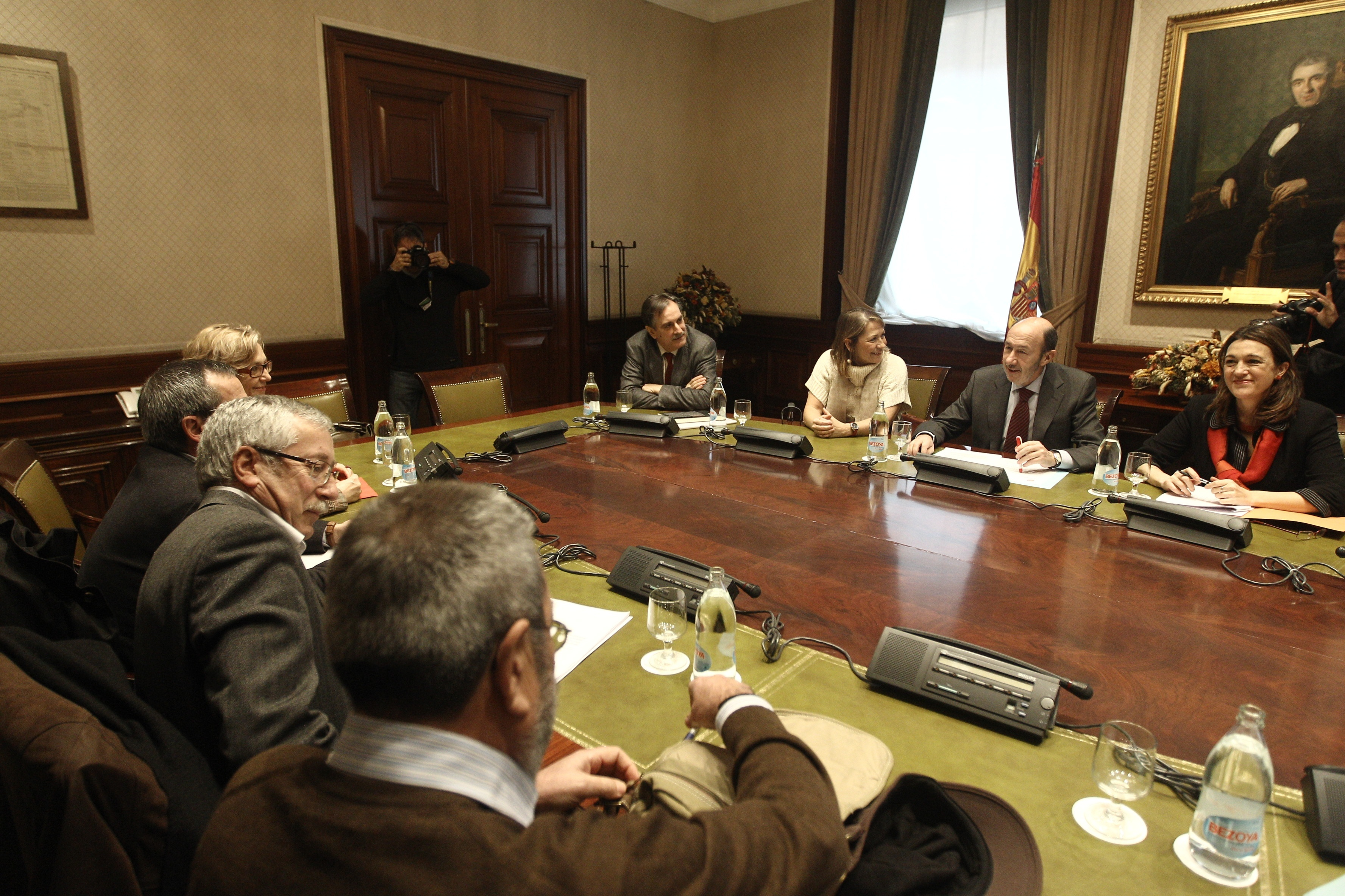 Rubalcaba y sindicatos intercambian sus propuestas para salir de la crisis