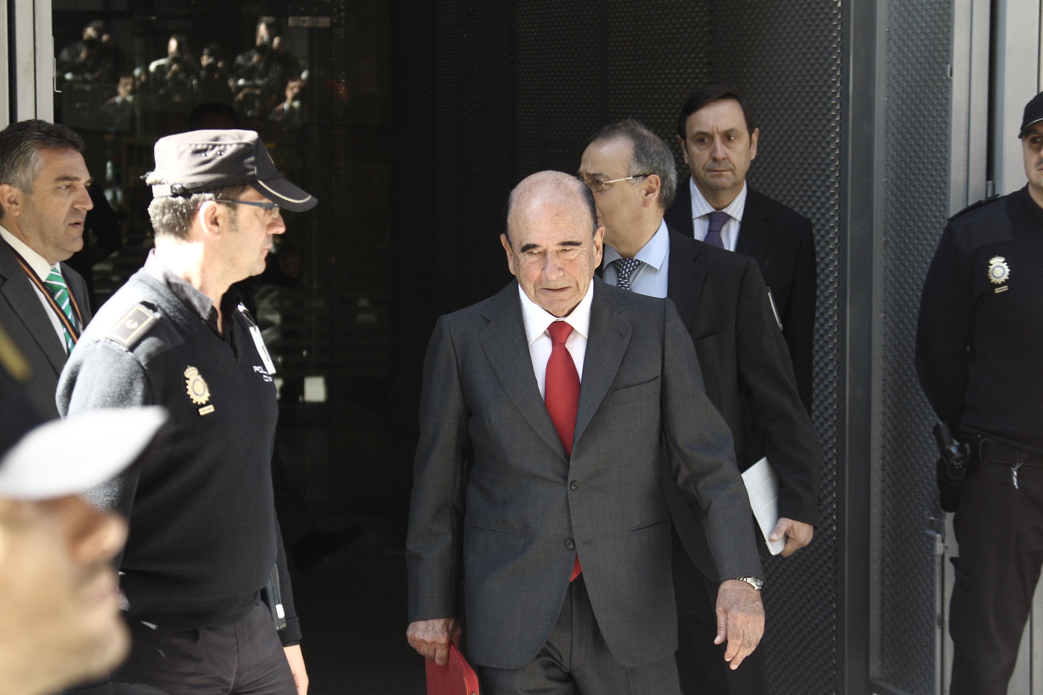 (Amp.) Los banqueros dicen que Guindos les citó para hablar de la entidad pero no de la salida de Rato