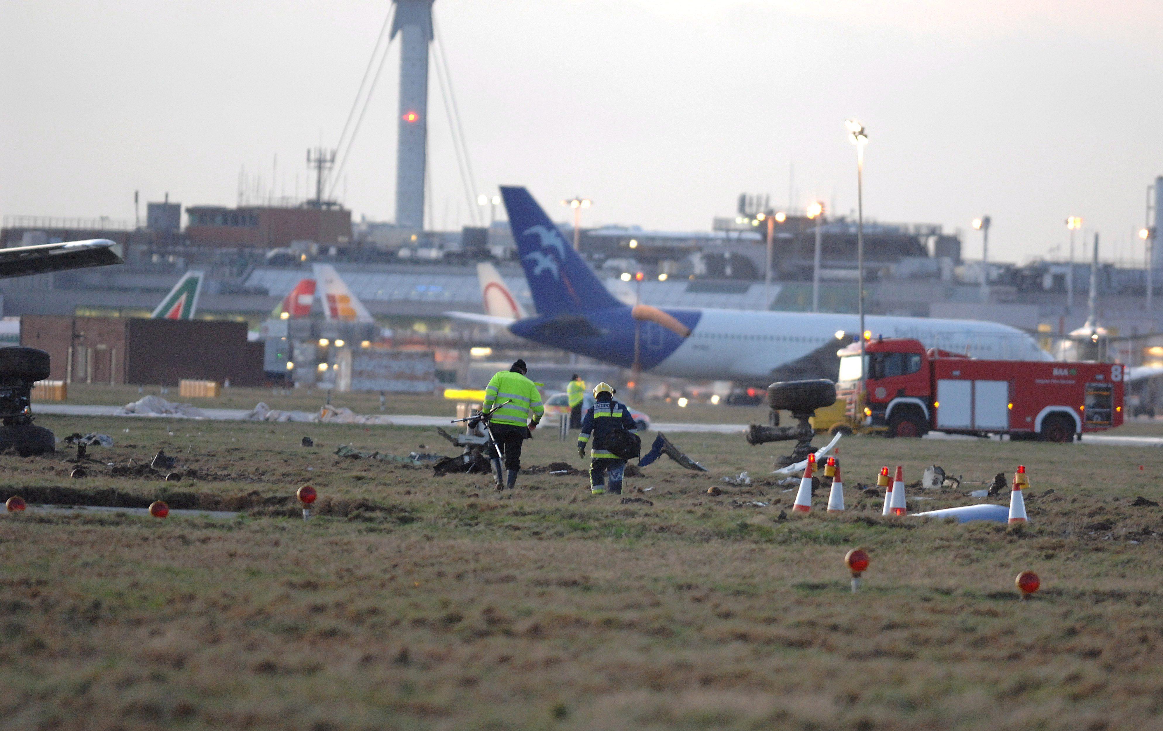 Heathrow mantiene cerradas una de sus pistas por un aterrizaje de enemergencia