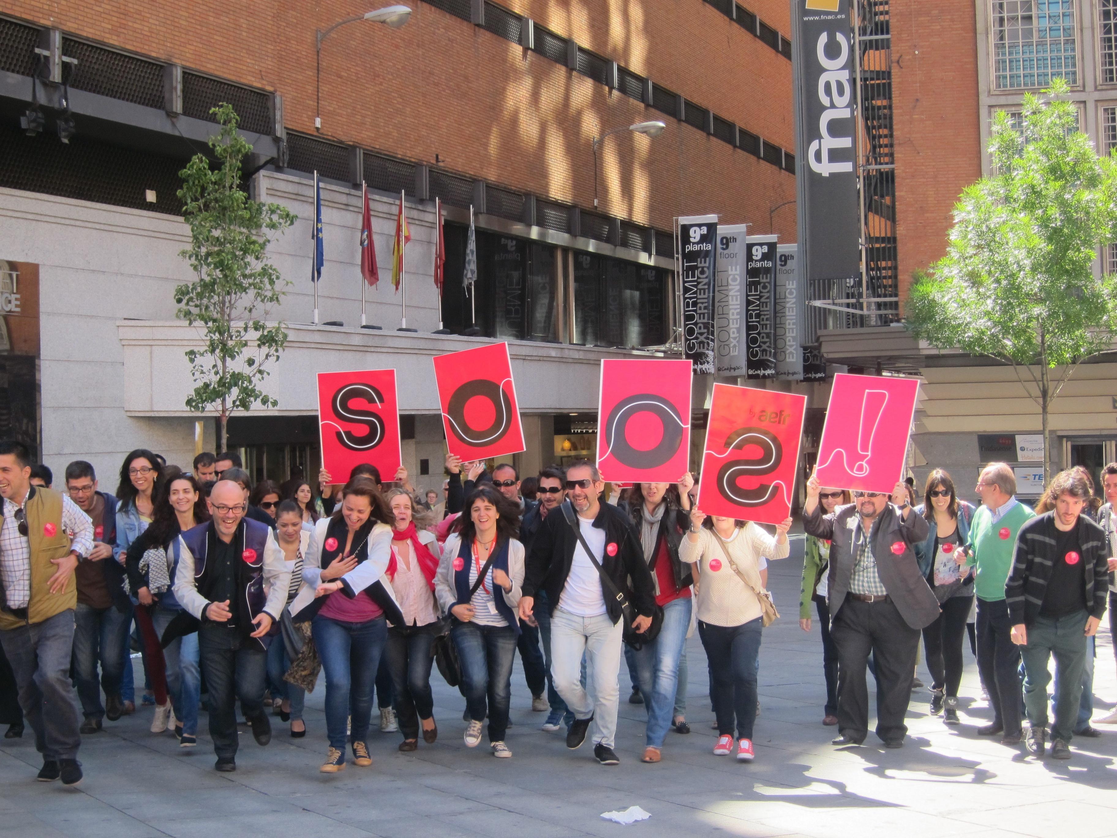 Un centenar de personas realizan un »flashmob» en la madrileña plaza de Callao para «darle la vuelta al mundo»
