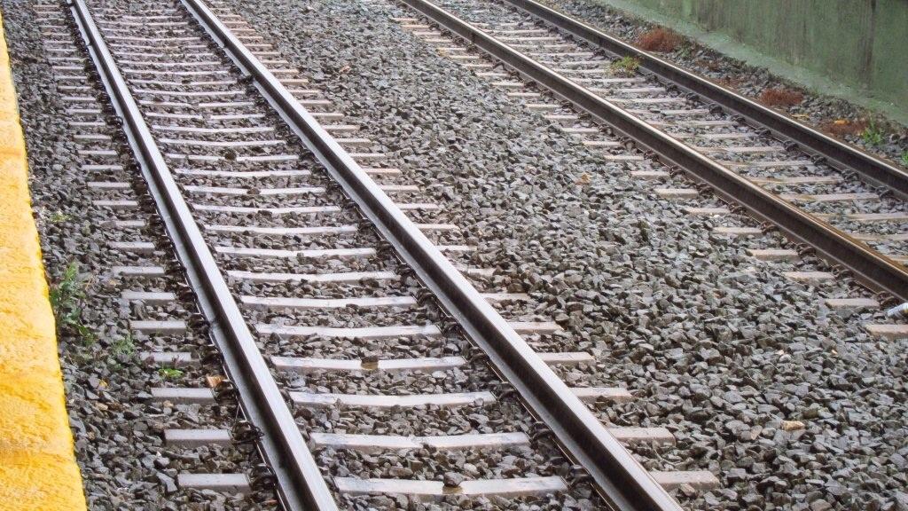 Muere arrollado por el metro al cruzar las vías con auriculares